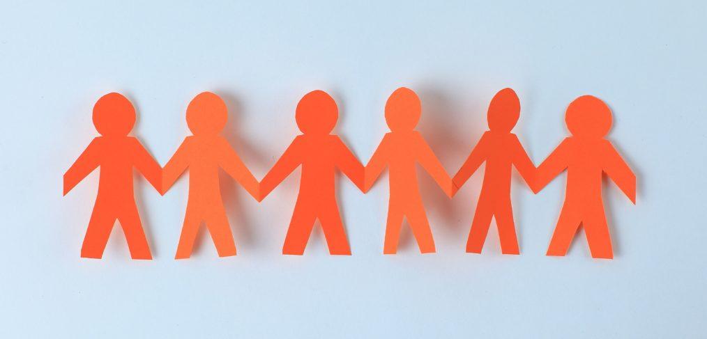 équipe - personnage en papier se tenant la main