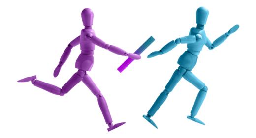 Deux coureurs se passent le relais pour illustrer comment mieux aligner le marketing et les ventes ? Ebook Okédito