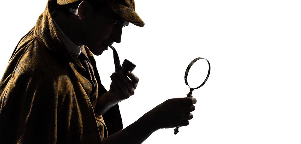 Sherlock Holmes traquant un document avec sa loupe